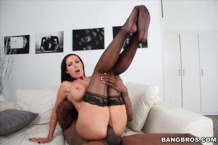 Bangbros – Nikki Benz gets a dirty face