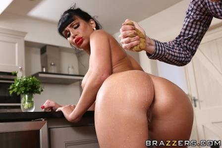 Brazzers Clean Up On Aisle Valentina
