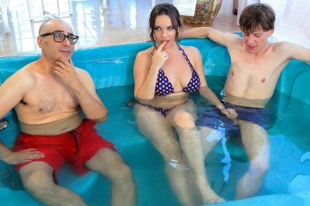 Brazzers Secretly Rubbed In The Hot Tub