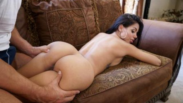 Oye Loca Sexy Latina Shows Us Her Positions